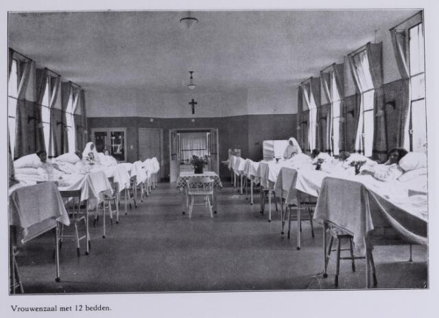 041709 - elisabethziekenhuis. Gezondheidszorg. Ziekenhuizen. Vrouwenzaal met 12 bedden in het St. Elisabethziekenhuis.Via een portaal verbonden met de 10-beds vrouwenzaal