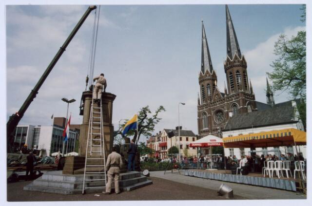021481 - Lege sokkel op de Heuvel. In 1993 werd het beeld verwijderd ten behoeve van een opknapbeurt