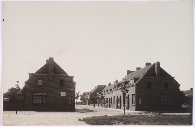 028440 - Op de voorgrond de Piet Heinstraat en daar achter de panden aan de Trompstraat