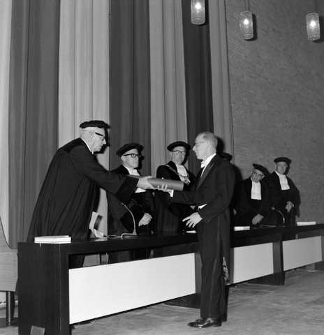 1237_012_1011_004 - Studie. Promoveren.Promotie Hogeschool Tilburg 1966.Uitreiken bul.