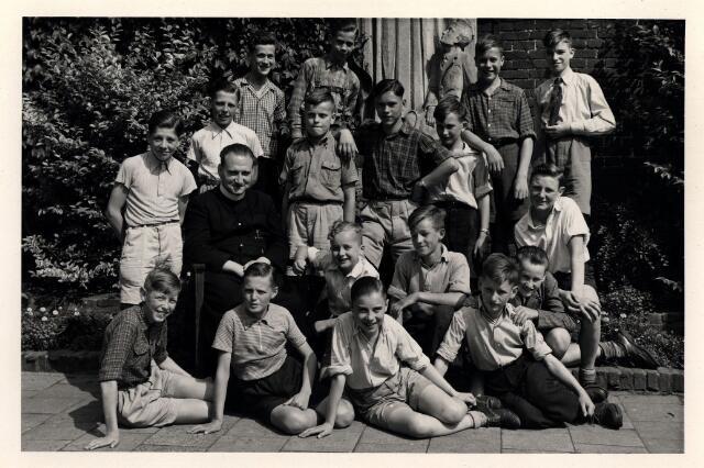055050 - Onderwijs. Frater Nicolaas met de zevende klas van de r.k. lagere jongensschool Leo XIII.