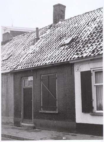 017264 - Onbewoonbaar verklaarde woning Capucijnenstraat 84 eind 1962