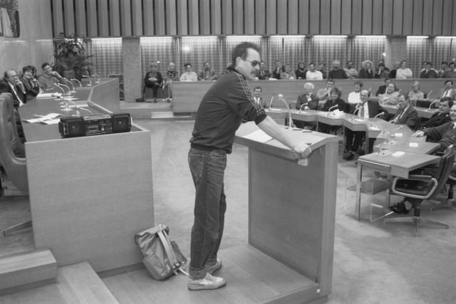 """TLB023000471_004 - Presentatie in de Raadszaal van het Gemeentehuis in het kader van het  """"Anti Vandalisme Project"""",  Links op de foto Wethouder Jan Timmermans. In het midden (1e rij, 2e van links) Marius van Amelsvoort, toenmalig Staatssecretaris van Financien met tal van nevenfuncties."""