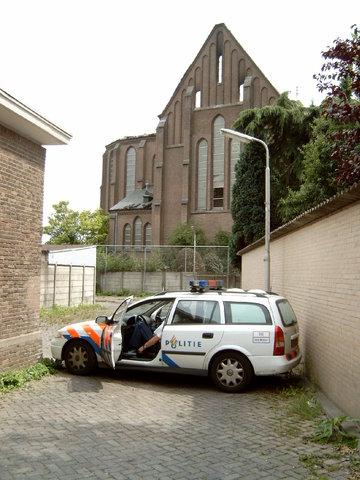 656920 - De Hasseltse kerk wordt grotendeels verwoest door een brand in 2003. De politie houdt toezicht op het terrein.   Na restauratiewerkzaamheden doet de kerk vanaf 2005 dienst als wijkcentrum.