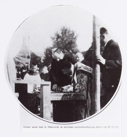 057512 - De Lind. R.K. Joanneskerk. Pastoor v.d. Weerden tekent de oorkonde i.v.m. de eerste steenlegging  Reproductie uit Brabantse Illustratie