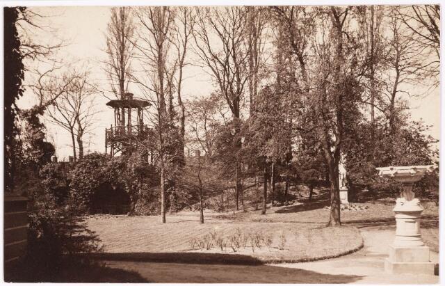 033270 - Engelse tuin met prieel bij villa Tivoli. Door deze tuin liep vanaf de jaren zestig van de 20e eeuw de Spoorlaan.