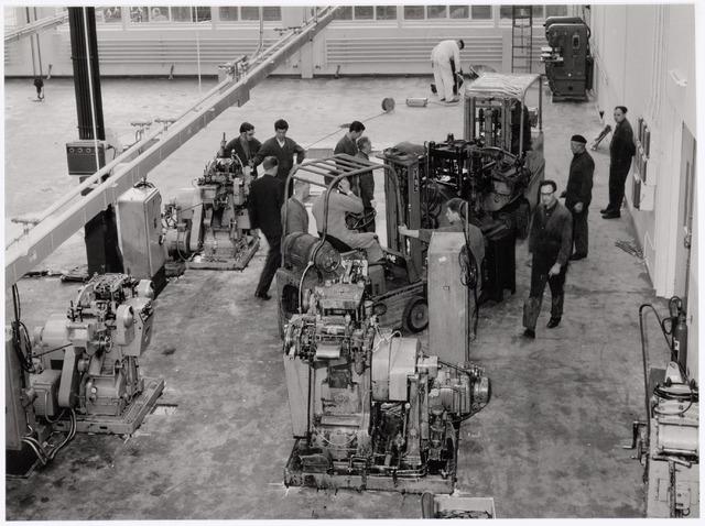 039028 - Volt. Productie of fabricage. Afd. metaalwaren, onderdelen, bezig met de verhuizing van zuid naar noord in 1979. Rechts met bril Willem Knotter.