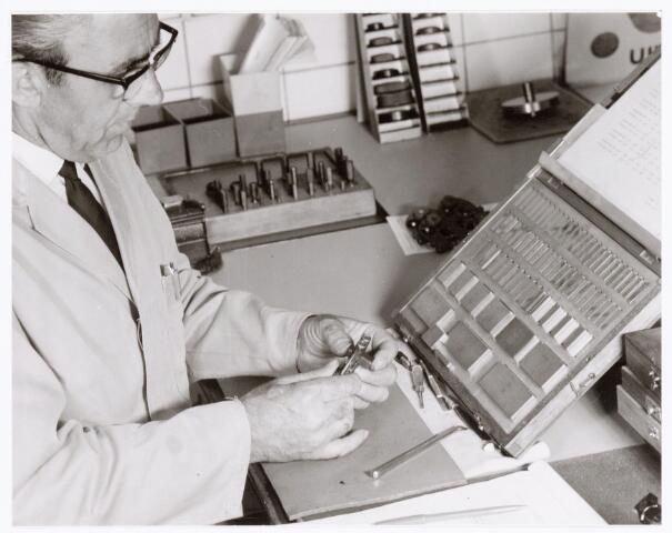 039386 - Volt, Noord. Technische Afdeling, Gereedschapmakerij. Controle werkzaamheden door Cees Janssens in de kaliberkamer, meetkamer. Ca. 1970.
