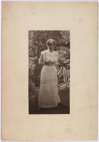 006419 - Christine Arts, dochter van Antoine Arts en Cornelia Reh, geboren Vught 6 oktober1878, overleden Wassenaar 15 mei 1931, begraven te Tilburg (kerkhof aan de St. Josephstraat in familiegraf bij haar ouders) 18 mei1931. Ongehuwd.  De foto is genomen in de tuin achter het pand Heuvel, waar - totdat Heuvel Heuvelring werd - op nrs. 24 en 25 de familie L. Arts-Melis en de Nieuwe Tilburgsche Cournant gevestigd waren. Waarschijnlijk is de foto gemaakt in mei 1912 bij gelegenheid van het huwelijk van een zus van Christine.