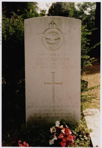 045733 - Tweede Wereldoorlog. Graf C.3.11 op de begraafplaats van de parochie St. Jan, van John Th. Sharman, sergant, 38 jaar oud, gesneuveld op 1 april 1945, R.A.F., 2829 Squadron Regiment (grondtroepen).