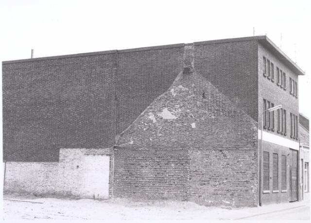017648 - Zijgevel van het pand Van Doorenstraat 17.