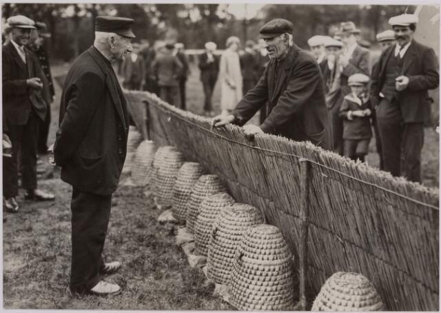 040724 - Bijenmarkt op het Gem. Sportpark te Tilburg (2-4-1930)
