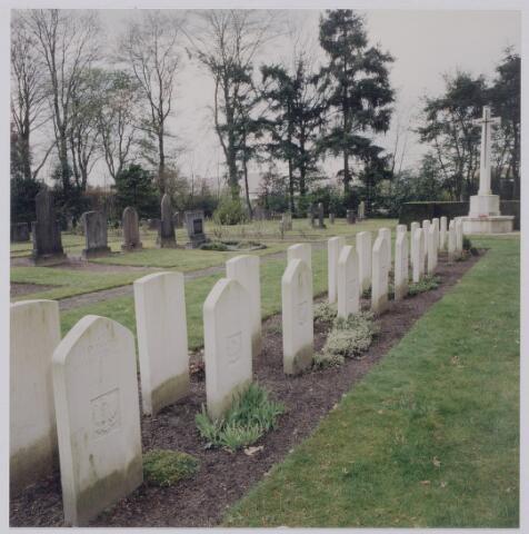 045405 - Oorlogsgraven op het kerkhof aan de Gilzerbaan.