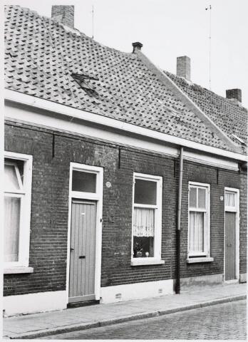 034116 - Voltstraat noordzijde op 6 october 1966. V.l.n.r. nr 37, destijds bewoond door ten Brink en nr. 35 destijdsbewoond door L.v.d. Wiel.