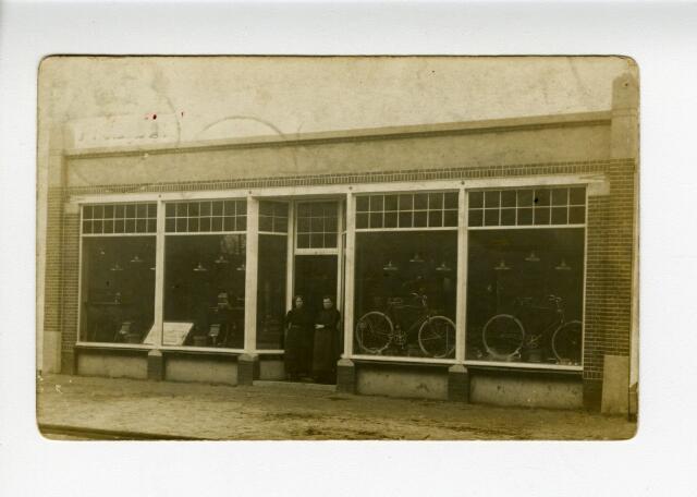604221 - J.C. de Kort- van Geloven, Rijwielhandel en Naaimachines. Kaart gericht aan de jonge juffr. Octavie de Kort, Kweekschool Dongen. Afz. Marie. Al in het Tilburgse adresboek van 1879 wordt de naam van deze firma genoemd op het huidige adres Korvelseweg 209a. In 1900 volgde de inschrijving in de Kamer van Koophandel. De Kort-Van Geloven had eerst een handel in naaimachines, later aangevuld met rijwielen, waaronder het huismerk KVG. De winkel bestond tot 2001, onder leiding van de laatste generatie, Ben de Kort. Hij sloot zijn rijwielzaak annex postkantoor mede vanwege het feit dat hij voor de zoveelste keer het slachtoffer was geworden van een brute overval. Het was destijds een van de oudste familiebedrijven van Tilburg.
