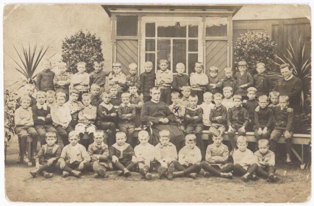 051118 - Klassenfoto van de R.K. lagere school voor jongens 'St. Joachimschool'. Deze school werd ook wel de 'Fraterschool' genoemd. Het onderwijs werd gegeven door de fraters van de 'Congregatie van Onze Lieve Vrouw Moeder van Barmhartigheid' uit Tilburg, ook wel 'de Fraters van Tilburg' genoemd. Op de St. Joachim- school zaten ook veel jongens van Huize Nazareth en tot het onderwijzend personeel behoorde ook fraters van Huize Nazareth. Deze school werd opgericht op 4 januari 1907.