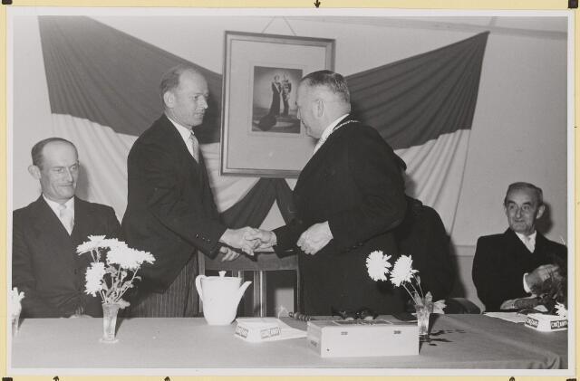 072875 - Afscheid burgemeester J.H. Bardoel.  De handdruk. Van links: G. Ketelaars, W. v.d.Loo (wethouders ex). De heer Bardoel, G.v,.d. Wouw (raadslid).