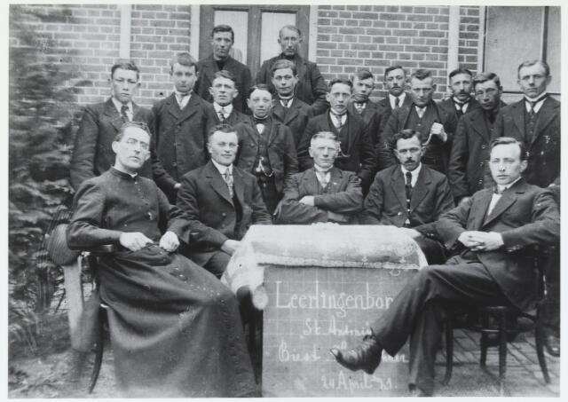 055253 - De leerlingenbond St. Antonius te Biest-Houtakker op 24 april 1921. Het doel van deze bond was jongelingen op godsdienstig, zedelijk en maatschappelijk gebied te vormen. Op deze foto zittend van links naar rechts: pastoor Boelaars, L. van Oirschot, J.Wijten.H. Vriens en J Brekelmans.Op de tweede rij van lins naar rechts: P. Vriens, A. Hesselmans, F. van Hees, J. van Nuenen,J.Hesselmans, P. van Oort, C. Wijten, B. Vriens, P. v.d. Meijs, W. v.d. Biggelaar, C. van Gestel, en A Wijten. Achteraan links A. van Gestel en rechts W. van Oort.