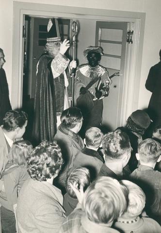 651486 - VOLT, Tilburg.Zuid. Sint Nicolaas arriveert in de kantine ( gebouw B ) rond 1960. Sint is Ab Haarlem en Piet is Jos Spijkers. Sinterklaas. St. Nicolaas