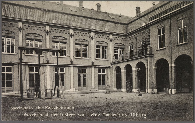 010776 - Onderwijs. 'Speelplaats der kwekelingen' en achterzijde van de kweekschool van de zusters van liefde aan de Oude Dijk.