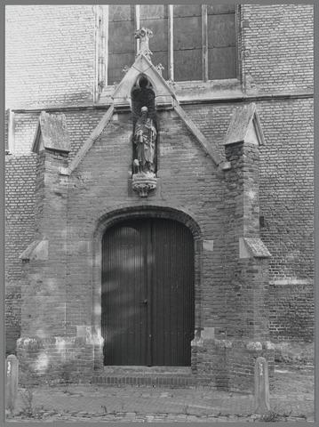 88709 - Kerk H. Antonius Abt, Marktstraat 2, Terheijden. De noordelijke ingang.