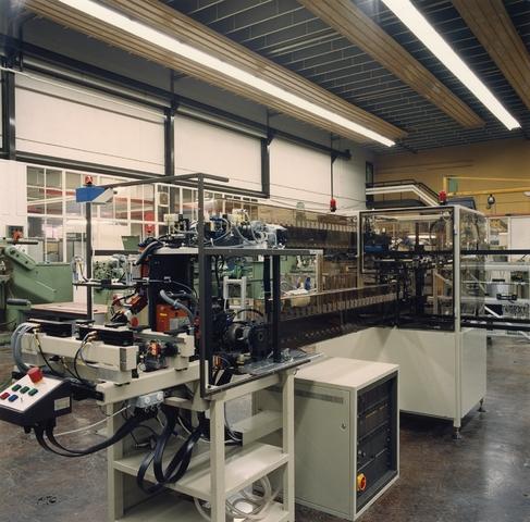 655591 - Voorzijde van een volautomatische montage machine voor hoogspannings-trafo,s ofwel lijntrafo,s
