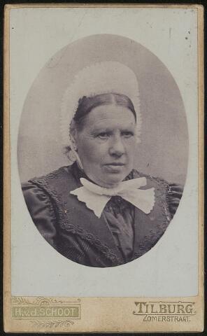 603681 - Hendrika Smeulders / Smulders, geboren te Loon op Zand op 16 oktober 1841 als dochter van Josephus Smeulders en Johanna van Brugge. Zij trad op 19 mei 1870 te Tilburg in het huwelijk met oud-zouaaf Johannes Baptist Henricus de Cocq.  Hendrika overleed te Tilburg op 31 mei 1906.
