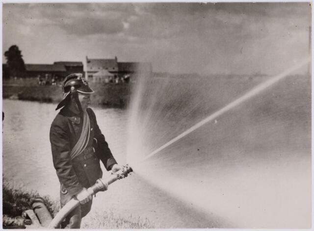 103703 - Brandweer.  Brandweer demonstratie aan het kanaal. (1931)