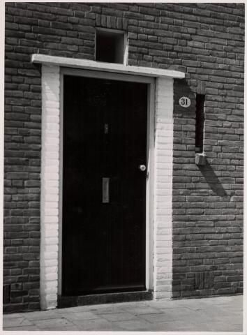 035186 - Voordeur van een gemeentewoning aan de Willem Knuttelstraat 31 ontworpen door architect J. Remmers