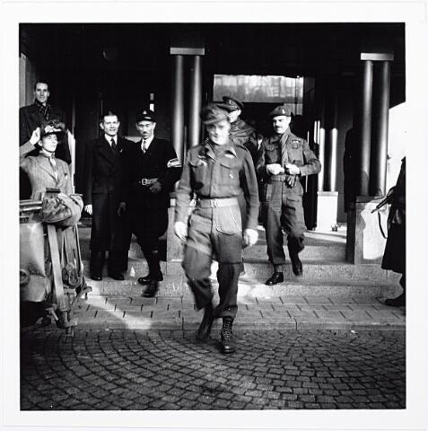 012230 - Tweede Wereldoorlog. Prins Bernhard tijdens zijn bliksembezoek aan Tilburg op 4 november 1944