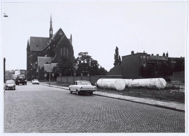 019975 - Hart van Brabantlaan, met op de achtergrond de Noordhoekse kerk