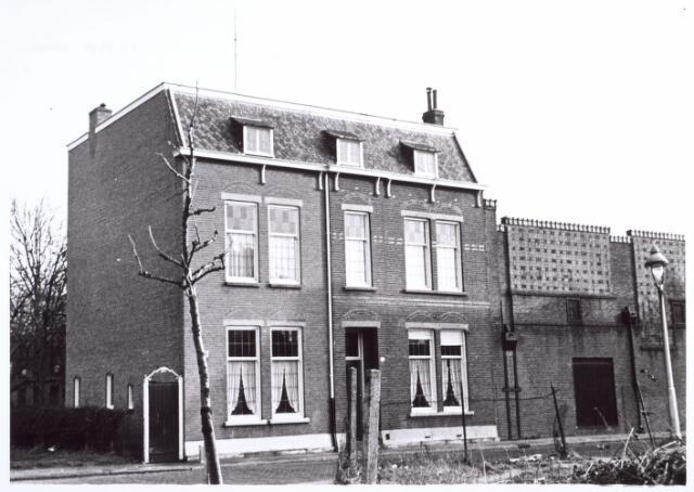 017305 - Sint Ceciliastraat 22, gesloopt i.v.m. de aanleg van de Hart van Brabantlaan. In dit huis woonde architect C.J.W. Panis. Het aangrenzende gebouw behoorde tot de wollenstoffenfabriek van Aelen.