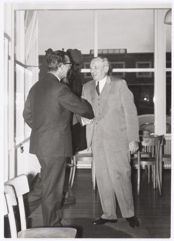 037760 - Textielindustrie. Burgemeester mr. Cees J.G. Becht (1910 - 1982) feliciteert Hein Enneking sr.