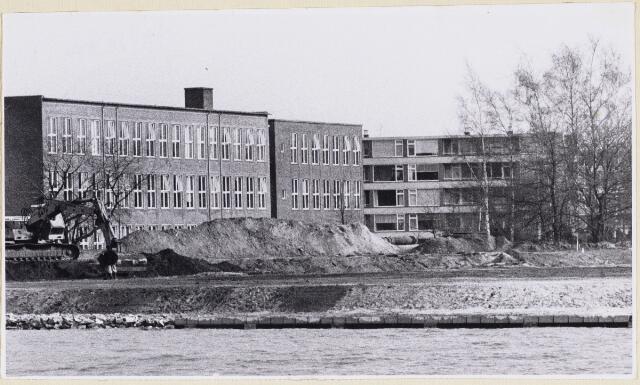 101730 - Onderwijs. L.T.S. in zuid-oostelijke richting vanaf het Wilhelminakanaal aan de Bouwlingstraat met op de achtergrond de flats aan de Hertogenlaan