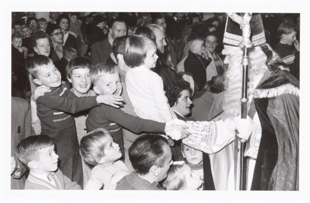 038887 - Volt. Zuid. Ontspanning. Viering Sint Nicolaas voor de kinderen van het personeel in 1959. Sinterklaas. St. Nicolaas