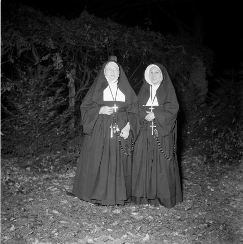 050398 - Zusters van de congregatie van de zusters van liefde van O.L.V. Moeder van Barmhartigheid in de tuin van het klooster van het Korvelplein.
