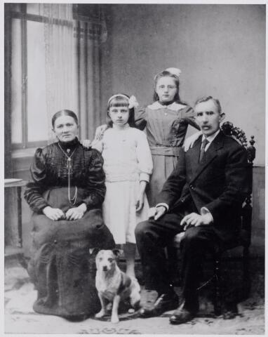 045971 - Het gezin van briefgaarder Cornelis Couwenberg-Swinkels te Goirle. Zie nr. 45966.
