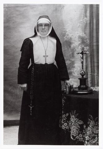 007025 - Wilhelmina van hest geboren te Tilburg 21 februari 1885 overleden te St. Niklaas (Belgie) in het gesticht van de H. Ludovicus op 17 september aan t.b.c. Haar kloosternaam was zuster Livina. Tijdens de Eerste Wereldoorlog verpleegde zij militairen aan het IJzerfront. Door de soldaten werd zij ´de vliegende Hollander´genoemd. Zij was de liefdezuster van den ´Verrezenen Zaligmaker´, geprofest op 20 juni 1912.