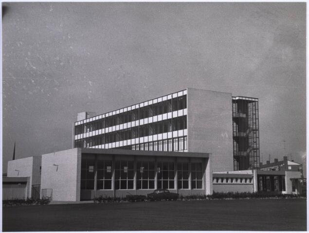 022943 - Voortgezet onderwijs. Voormalige LTS aan de Jan Truijenlaan, ontworpen door architect Jos Schijvens. Later werd het omgevormd tot Scholengemeenschap Leijendaal