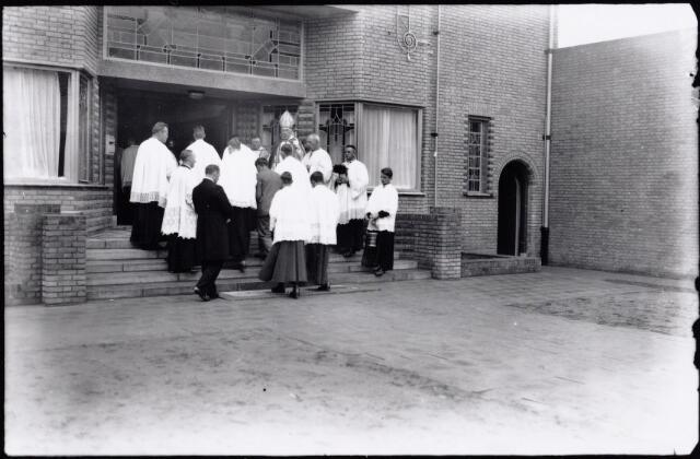 051615 - Onderwijs. Officiele opening en inzegening van het R.K. Odolphuslyceum door bisschop mgr. A.F. Diepen.