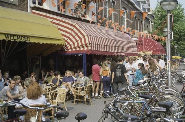 TLB023000852_001 - Terrassen van de Café's Weemoed en Polly Maggoo met bezoekers.