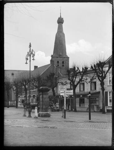 """500398 - De Singel in Baarle Nassau. Zoals het opschrift vermeldt, is de arduinenpomp hier in 1809 geplaatst """" een waar monument"""". In de winter van 1950-1951 wordt de pomp weggenomen i.v.m. restauratie. Hierbij gaat de oorspronkelijke functie -water geven- verloren"""