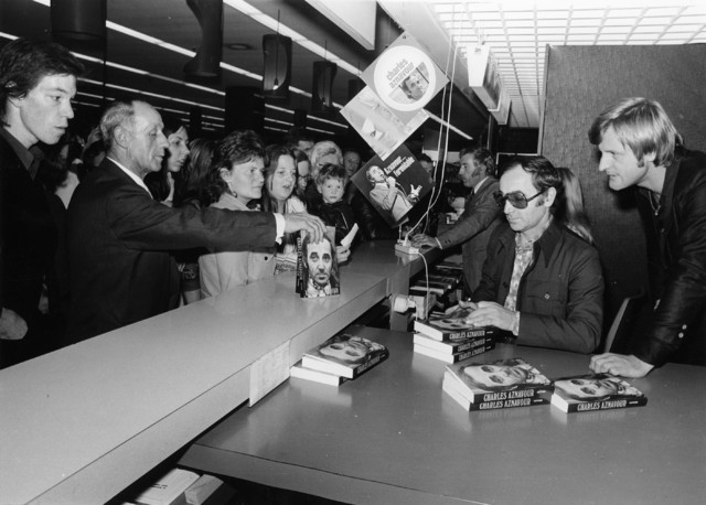 1238_F0286 - bekende mensen. Charles Aznavour signeert boeken.