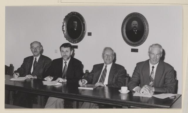 084131 - College van Burgemeester en Wethouders. V.l.n..r. wethouder E.L.A. Kersing, secretaris A.J.M. Wouters, wnd. burgemeester G.M. vn Oerle, wethouder C.F.M. van den Abbeelen