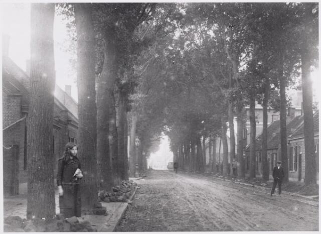 """046602 - De Tilburgseweg ter hoogte van de Kalverstraat. De drie lage panden rechs zijn v.l.n.r. de huizen Tilburgseweg 32 t/m 36. Pand nr. 32 werd na de Tweede Wereldoorlog bekend als """"maison Jansen-Spijkers"""", een zaak in modeartikelen. Op nr. 34 woonde de familie Van Zantvoort-van de Pol. In september 1920 kreeg organist Jan B. van Zantvoort vergunning van de gemeente om dit pand op te trekken en ingrijpend te moderniseren. Daarnaast op nr. 36 woonde schoenmaker Arn. Vromans, alias """"Nölleke Prik""""."""