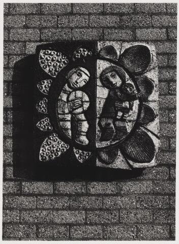 """068118 - HET ZONNELICHT. Geglazuurd keramisch reliëf uit 1974 van Henk C. POTTERS (Oisterwijk 1924 - Tilburg 2003). Embleem van het Dagverblijf """"Het Zonnelicht"""" voor geestelijk gehandicapte kinderen.   Trefwoorden: Kunst, openbare ruimte."""