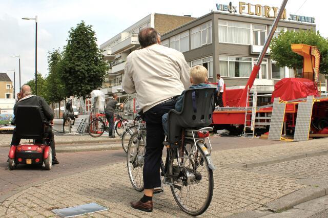 651090 - Tilburgse kermis. Mannen met rijwielen tussen de benen