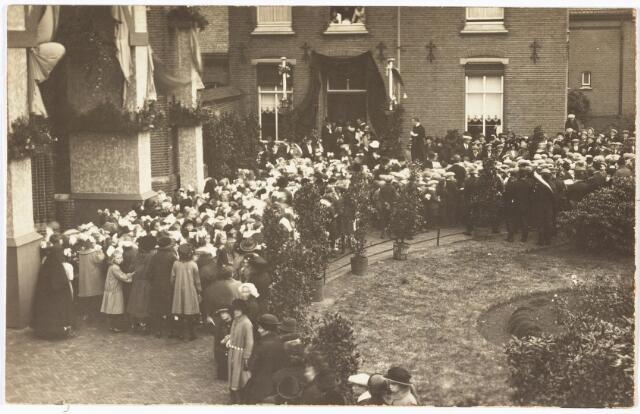 009787 - Huldiging van pastoor De Beer in 1923 t.g.v. zijn zilveren pastoorsjubileum van de parochie Hasselt