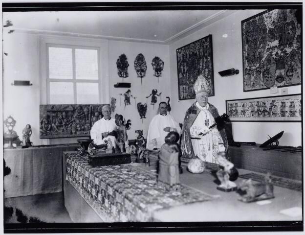 103883 - Inzegening Nederlands Volkenkundig Missie Museum door Mgr. A.F. Diepen. Links op achtergrond deken en pastoor parochie Noordhoek F. Sanders. Hier de zaal met voorwerpen uit Bali.