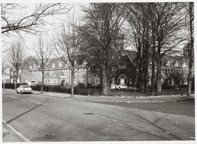 029403 - Scholengemeenschap 'De Rooi Pannen', voorheen het 'Mill Hill college' naar een ontwerp van architect Jan van der Valk.